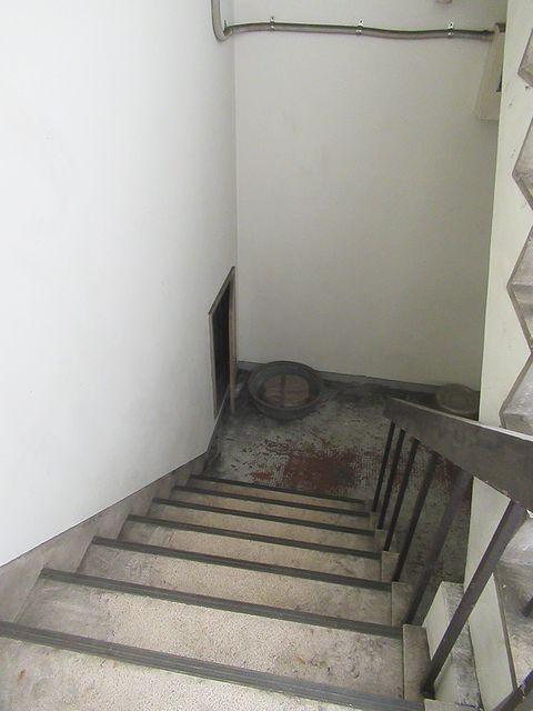 地下1階への階段2