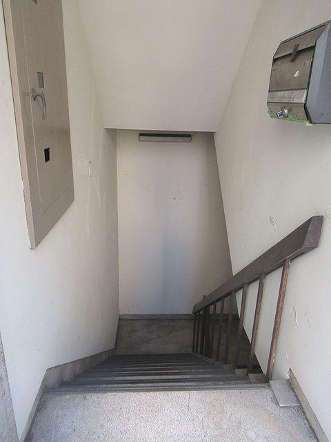 地下1階への階段1