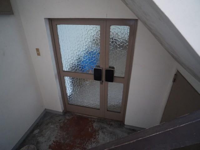 地下1階玄関扉